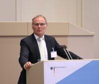 Zu sehen ist Jochen Homann, Präsident der Bundesnetzagentur, der sich im Beitrag zum Einspeisemanagement im Redispatch 2.0 äußert.