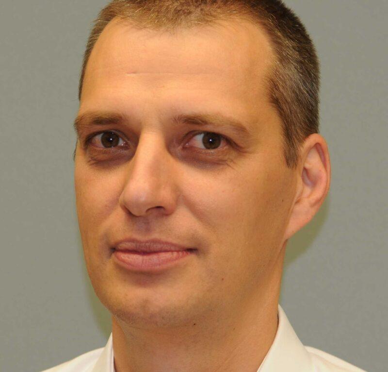 Porträt von Prof. Dr. Ing. Andreas Heinzelmann von der Zürcher Hochschule für Angewandte Wissenschaften, der Nutzer von mobilen Ladestationen befragt hat.