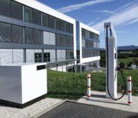 Zu sehen ist das Schnellladesystem für E-Autos High Power Charger von ADS-Tec Energy. Dieses wurde als ersten mit dem TÜV Süd Prüfzeichen euTÜVuk zertifiziert.