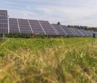 Zu sehen ist eine Solarpark. Wegen der Corona-Pandemie können Bieter der Ausschreibungen nun eine Fristverlängerung von ihren Photovoltaik-Projekten beantragen.