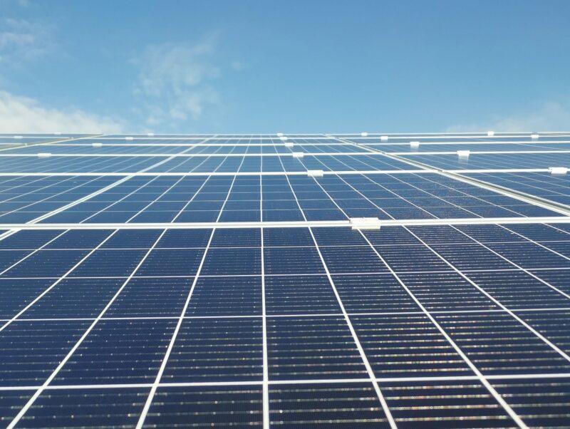 Zu sehen ist ein Photovoltaik-Solarpark, der mit einem PPA ohne EEG-Förderung realisiert werden könnte.