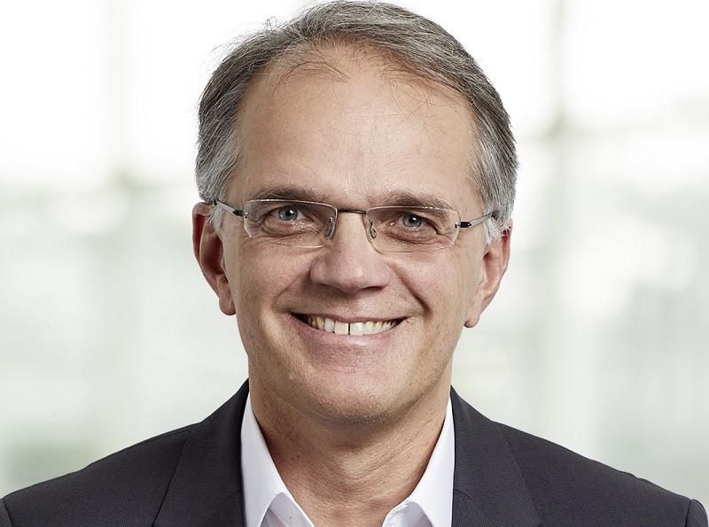 Zu sehen ist Dr. Christoph Husmann, CFO der Encavis AG, der die Zahlen von Photovoltaik-Solarparks und Windenergie in der ersten Hälfte vom Geschäftsjahr 2021 kommentiert.