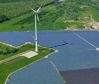 Zu sehen ist ein Solarpark mit Windkraftanlage. Es gibt keine Lösung für den Photovoltaik-Deckel oder die Windkraftabstandregelung.