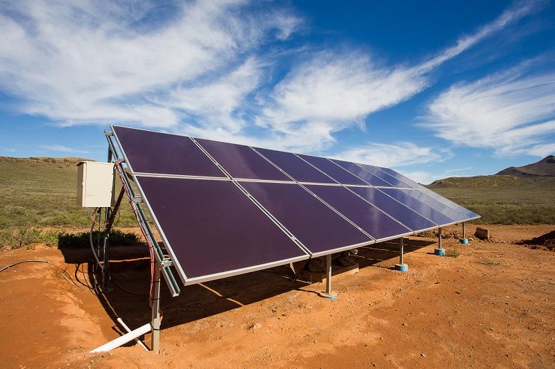 Zu sehen ist eine Photovoltaik-Anlage in Afrika. Ähnliche Solaranlagen installiert die Hilfsorganisation Sopowerful.