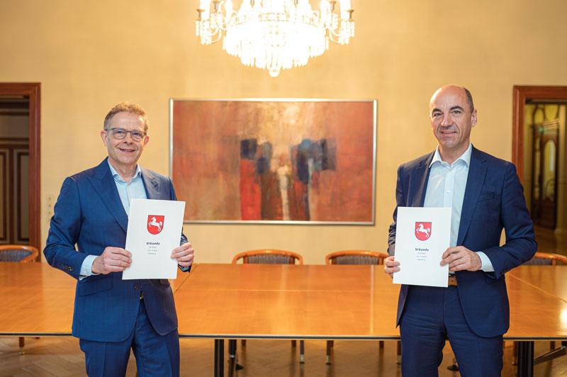 Heiko Janssen (AWS) und Stefan Dohler (EWE) mit Verträgen