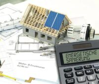 Zu sehen ist ein Taschen-Rechner. Der Energieeffizienz-Wirtschaftlichkeitsrechner der Energieeffizienz-Wirtschaftlichkeitsrechner beruht auf Excel.