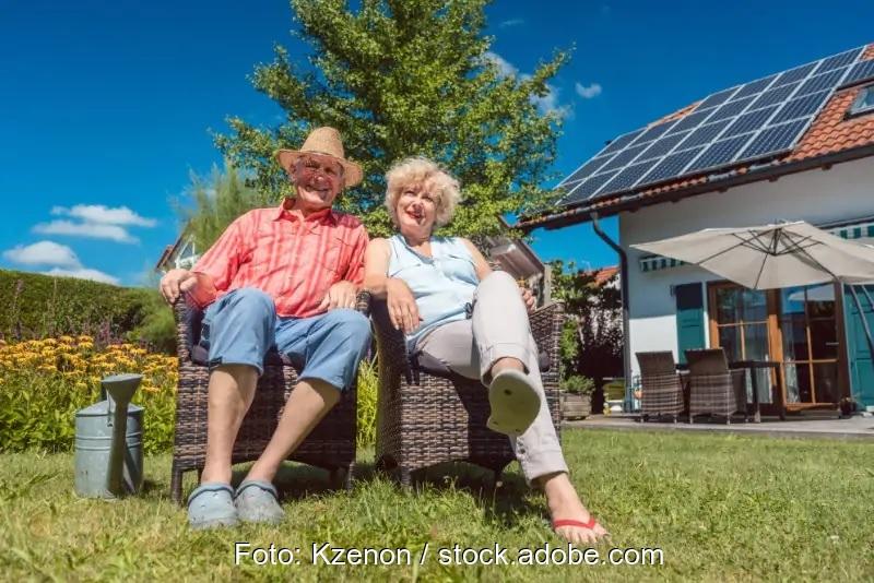Zu sehen ist ein Haus mit Photovoltaik-Anlage, wie es bei der Nachfragebündelung für Photovoltaik mit einer passenden Anlage ausgestattet sein könnte.