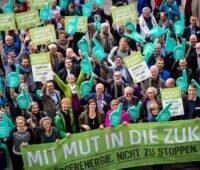 """Zu sehen ist eine Menschenmenge vom Bündnis Bürgerenergie e.V., das in der Jury des Ideenwettbewerbs """"Energiegenossenschaft der Zukunft NRW"""" vertreten ist."""