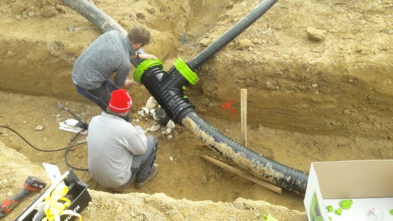 Zu sehen sind die Bauarbeiten für das Nahwärmenetz für das klimaneutrale Wohnbaugebiet in Geiselhöring.