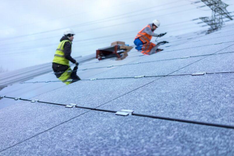 Zu sehen ist eine Installation einer Photovoltaik-Anlage von der Enviam-Gruppe.