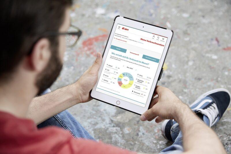 Zu sehen ist ein Mann, der auf seinem Tablett den Stromverbrauch überprüft. Laut Eon Smart Meter Umfrage sind 51 Prozent der Befragten offen für Smart Meter.