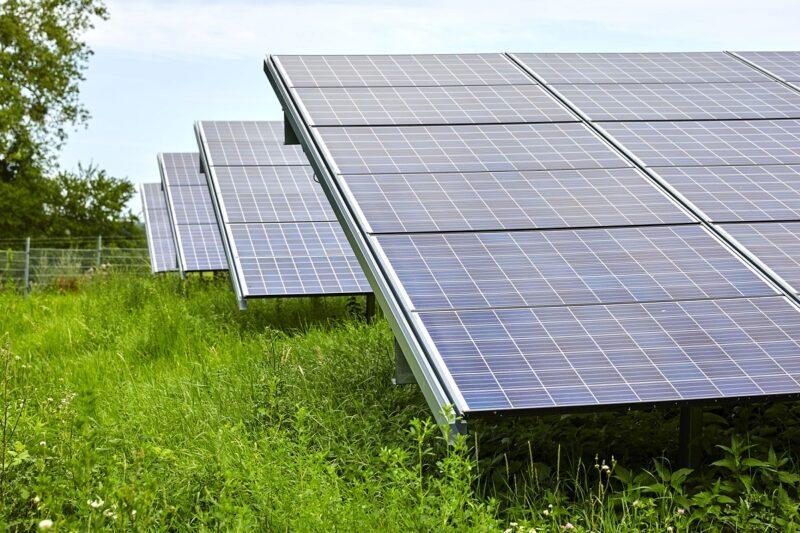 Zu sehen ist eine Photovoltaik-Anlage, in Straßbergsoll eine solche Strom über ein PPA-Modell direkt an die Gewerbetreibenden vor Ort geliefern.