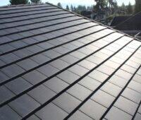 Dach mit Solarplatten.