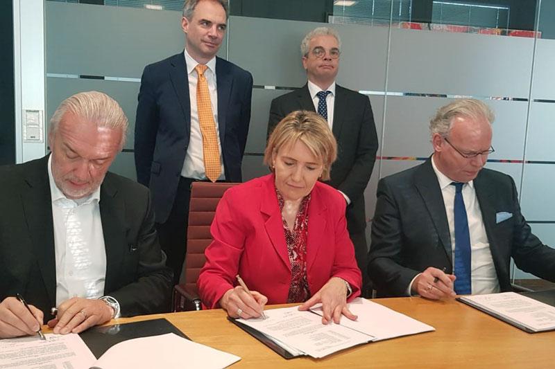 5 VerbandsgeschäftsführerInnen und -vorsitzende unterzeichnen Vertrag