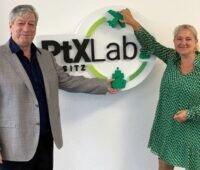Corinna Enders und Harry Lehmann mit dem Logo des PtXLab