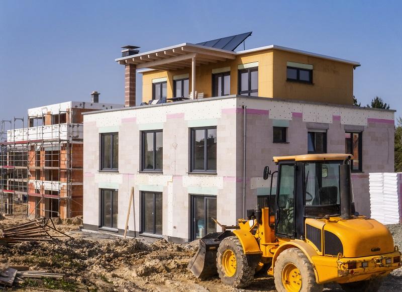 Zu sehen ist ein Neubau mit Solarthermie, der nach den geltenden Baustandards in Deutschland gebaut wird. Diese sind laut DUH keine europarechtskonforme Baustandards.