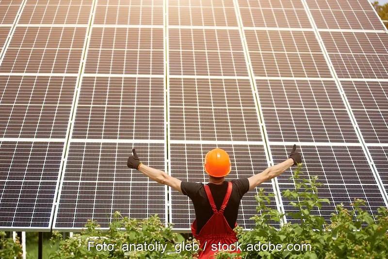 Zu sehen ist ein Arbeiter vor einer Photovoltaik-Anlage. Eurosolar will mit dem Sofortprogramm zur Beschleunigung der Energiewende Hindernisse für die Photovoltaik beseitigen.