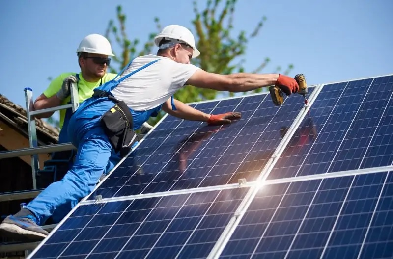 Zu sehen ist eine PV-Montage, wenn der versteckte Solardeckel nicht fällt, werden nur noch sehr kleine Photovoltaikanlagen installiert.