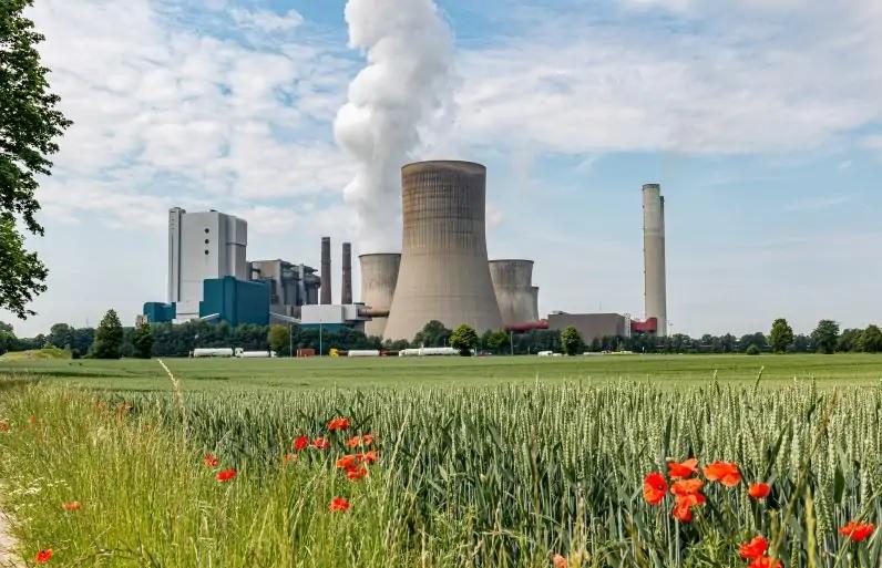 Zu sehen ist ein Kohlekraftwerk, das dank billiger Emissionszertifikate Gaskraftwerke verdrängt.