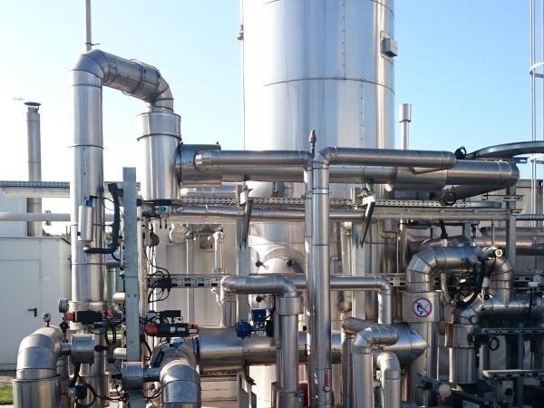 Zu sehen ist eine Biogasaufbereitungsanlage. Mit dem Förderaufruf Biomethan sollen Wege gefunden werden, wie Biogasanlagen für die Biomethanproduktion umgerüstet werden können.