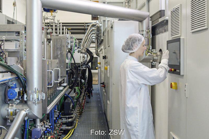 Forscher*in mit Schutzhaube im Labor