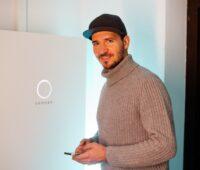 Zu sehen ist Felix Neureuther, der einer Photovoltaik-Energiegemeinschaft beigetreten ist.