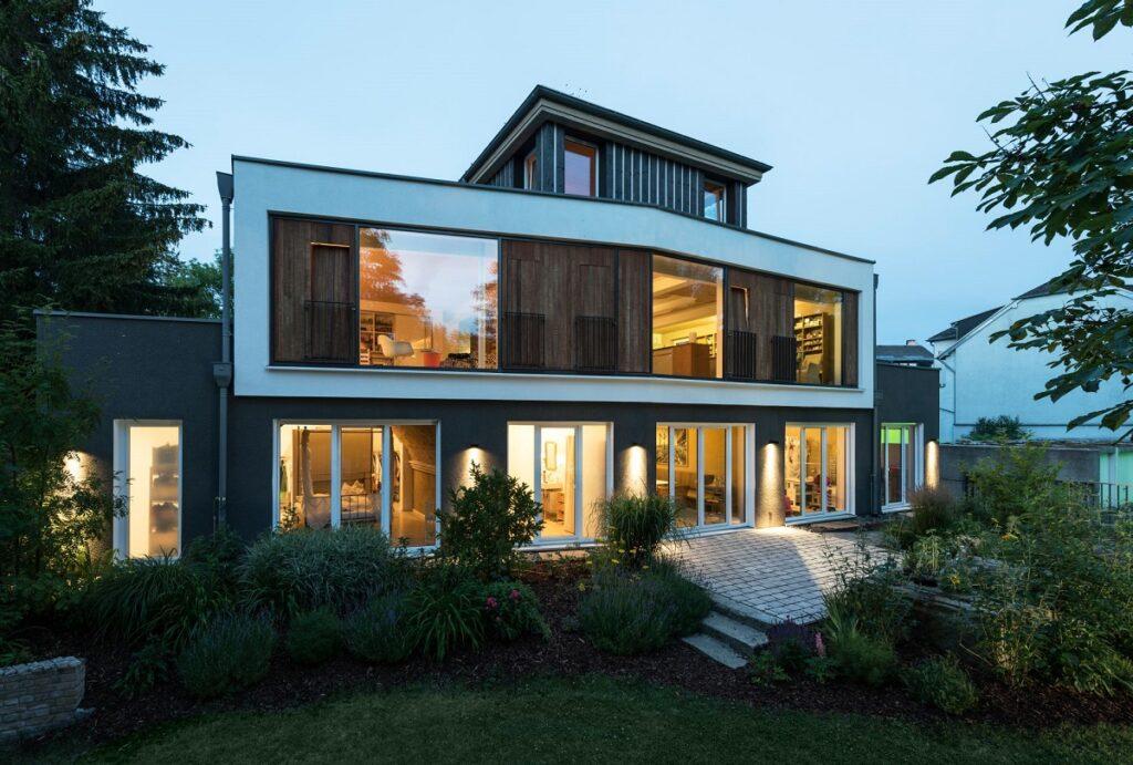 Zu sehen ist die Solararchitektur, die Uwe Fickenscher für sich selbst gebaut hat.