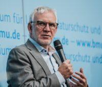Zu sehen ist Jochen Flasbarth, Staatssekretär im Bundesumweltministerium, der eine EEG-Novelle mit höheren Ausbaupfaden für erneuerbare Energien angekündigt hat.