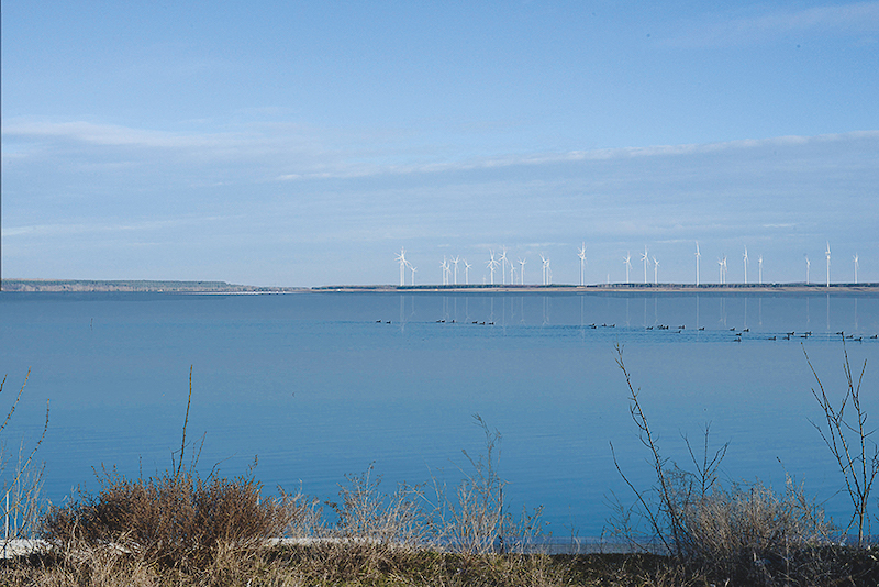 ein See, noch ohne Floating Photovoltaik, dafür mit Windpark am gegenüberliegenden Ufer