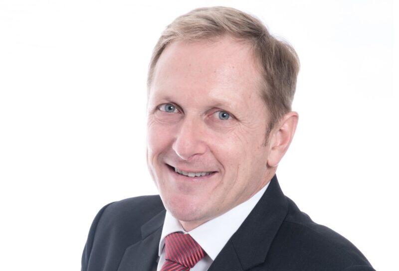 Zu sehen ist Prof. Dr. Alfons Haber von der Hochschule Landshut, der das Forschungsprojekt iGridControl leitet.