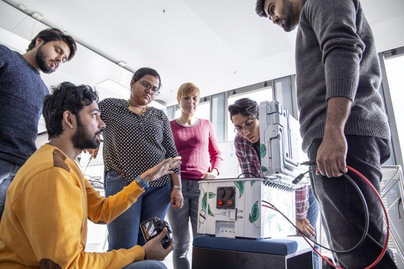 Studierende zeigen die smarte Solarbox.