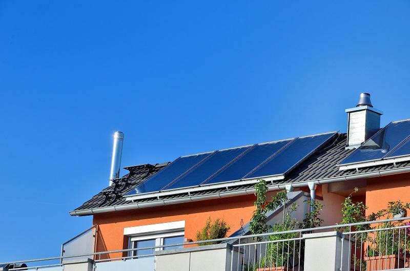 Zu sehen ist eine Solarthermie-Anlage. Das Forum Grüne Wärme fordert, bis 2030 mehr als 6 Millionen thermische Solaranlagen, knapp 6 Millionen Wärmepumpen und gut 1 Millionen Pelletskessel in Deutschland zu installieren.