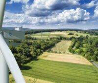 Windrad und Landschaft von oben