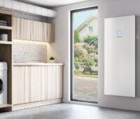 Küche mit Balkontür und Sonnen-Batterie an der Wand