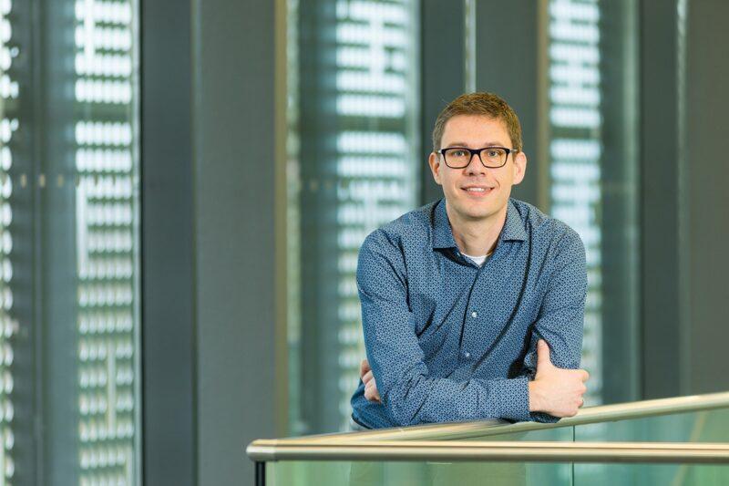 Zu sehen ist Dr. Frank Ortmann, der die Organische Photovoltaik an der TU Dresden erforscht.