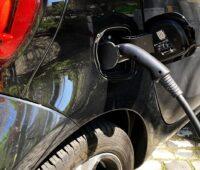 Zu sehen ist ein Elektrofahrzeug beim Laden als Beispiel für die Elektromobilität.