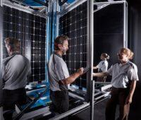Zu sehen sind Mitarbeitende im CalLab PV Modules des Fraunhofer ISE.