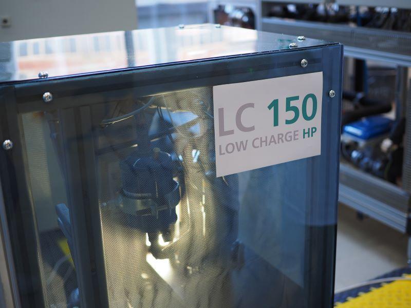 Eine Wärmepumpe steht im Labor.