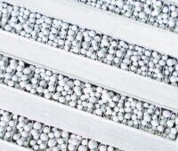 Zu sehen ist ein Wärmetauscher gefüllt mit Aluminium-beschichtetem Zeolith-Granulat, der in einem Adsorptionswärmespeicher zu Einsatz kommt, um Solarwärme zu speichern.