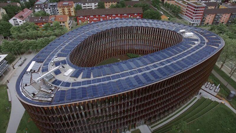 Zu sehen ist das Rathaus im Stühlinger in Freiburg; das wohl größte Nullenergie-Verwaltungsgebäude Europas.