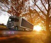 Zu sehen ist ein Lkw von Scania, der mit Photovoltaik-Modulen ausgestattet ist. Elektromobilität im Lkw-Fernverkehr ist ein Zukunftsthema.