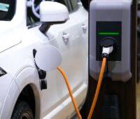 Zu sehen ist ein E-Auto beim Beladen. Batteriegehäuse für E-Autos sind wichtige Komponenten für die Elektromobilität.