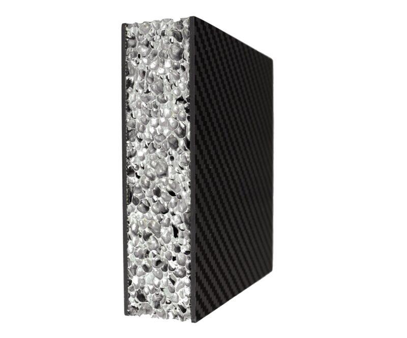 Zu sehen ist eine Metallschaumstruktur, die in Leichtbaubatterien für E-Autos eingesetzt werden soll.