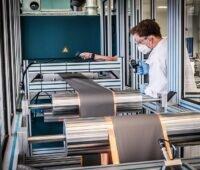 Zu sehen ist die Qualitätsprüfung in der Misch- und Beschichtungsanlage zur Erprobung der Elektrodenfertigung in der Forschungsfertigung Batteriezelle in Münster.