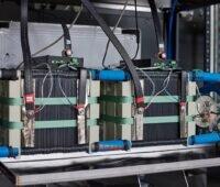 Zu sehen ist der mit dem Joseph-von-Fraunhofer-Preis ausgezeichnete Stack der Redox-Flow-Batterie.