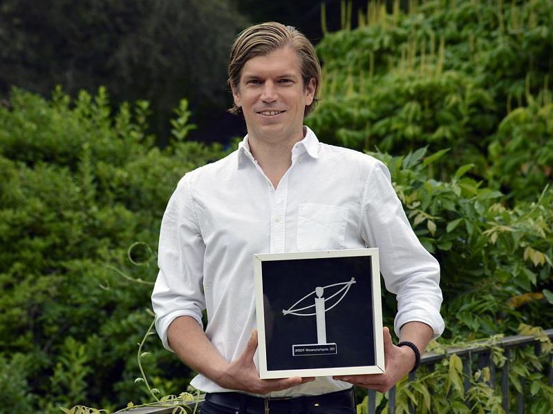 Zu sehen ist Dr. Jörg Schube, der den Umsicht-Wissenschaftspreis 2021 in der Kategorie Wissenschaft für seine ressourceneffiziente Herstellung von Siliziumsolarzellen für die Photovoltaik gewonnen hat.