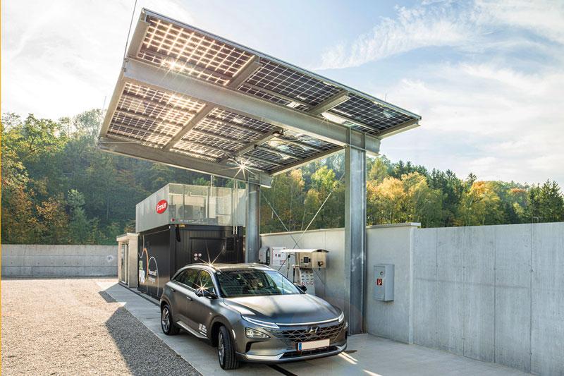 Fronius Wasserstoff-Solar-Tankstelle mit grauem Audi