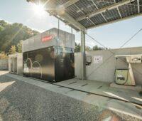 Ein Elektrolyseur an einer Tankstelle mit Solardach.