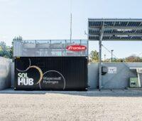 Zu sehen ist der Fronius Solhub, eine Anlage, die mit Photovoltaikstrom Wasserstoff produziert und damit Brennstoffzellen betriebene Busse betankt.