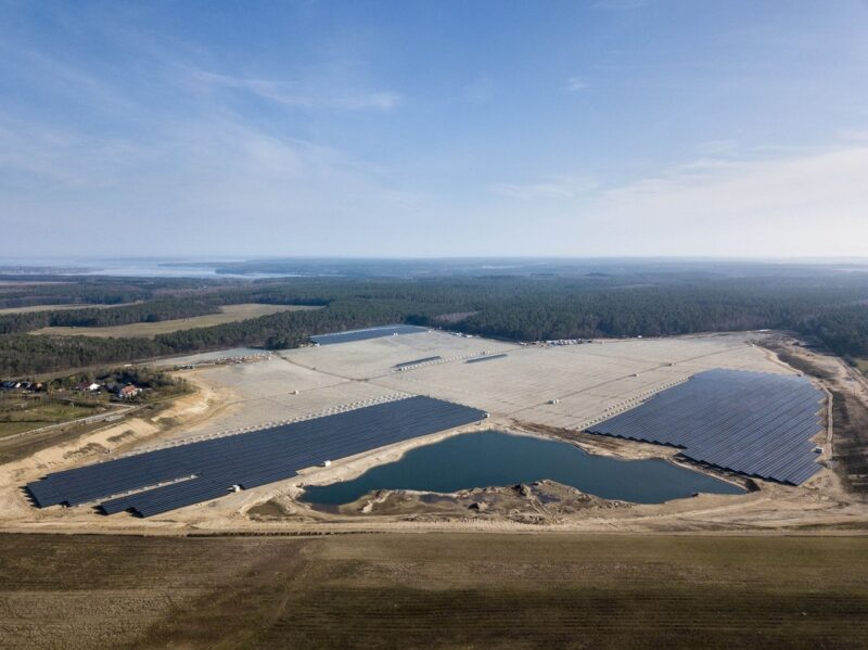 ZU sehen ist eine Luftaufnahme vom Photovoltaik-Solarpark Ganzlin
